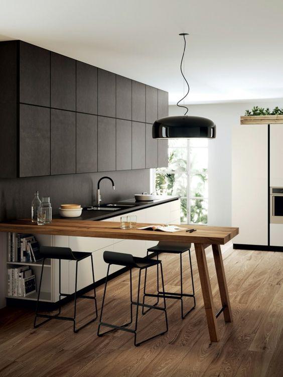 Reforma de cocina negra con madera