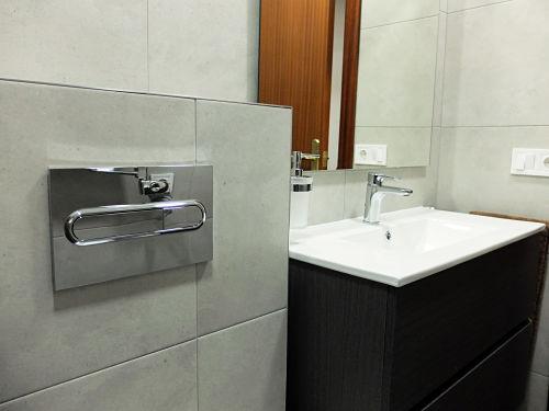 Reforma de baño con cisterna empotrada