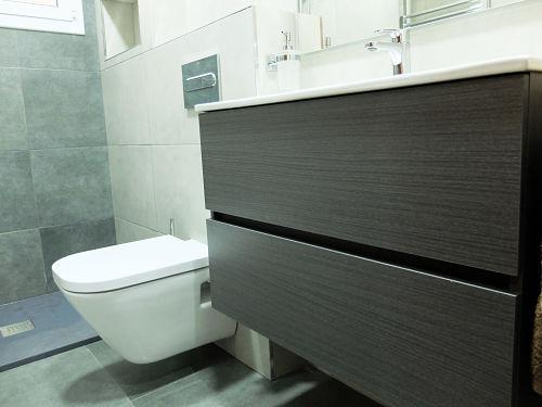 Reforma de baño con mueble de panel liso madera oscura