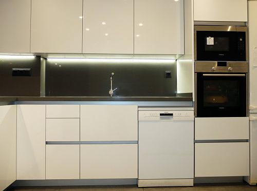 Reforma de cocina con horno y microondas en columna