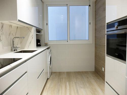 Reforma de cocina en Barcelona con pavimento porcelánico imitación parqué