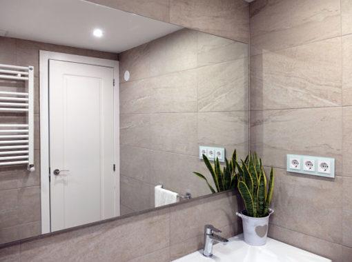 Reforma de baño en Barcelona con espejo gran formato