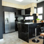 Reforma integral de ático con cocina abierta con península