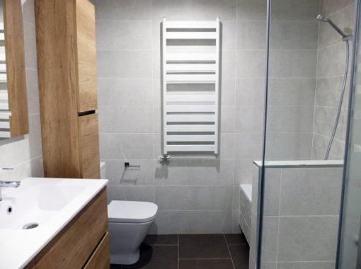 Reforma integral de piso con baño gris y madera