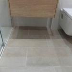 Reforma integral de casa de dos pisos - piso 1 - baño con pavimento porcelánico