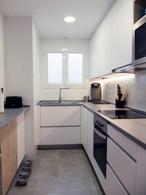 Reforma de cocina en L en blanco, gris y madera